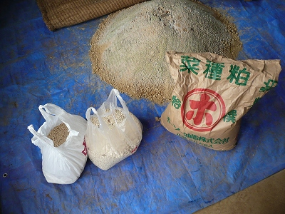 一次発酵開始11日後のボカシ肥料と二次発酵用の材料