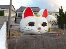 16:37 陶磁器会館近くで、とこなめ招き通り上の北山橋のそばに大きな招き猫があります。