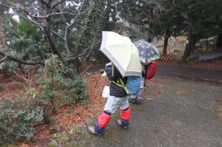 歩き始めは雨