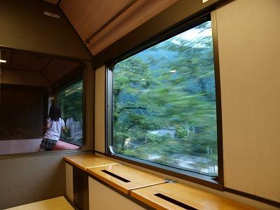 お座敷から車窓を眺める