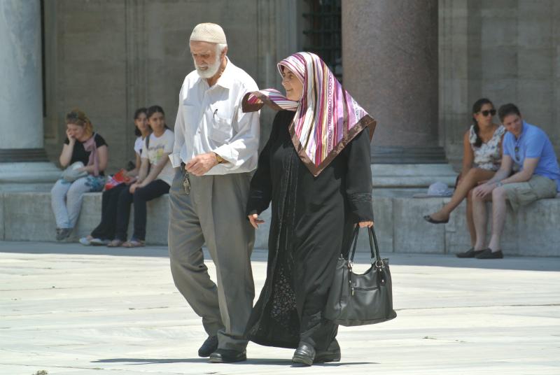 モスク帰りの夫婦