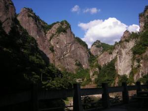 天照皇大神とスサノオ尊、日向神大明神になぞられた10mもの大岩壁(正面岩)