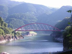 赤いアーチ橋である蹴洞橋(けほぎばし)