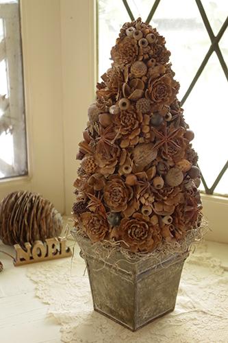 ナチュラルな木の実のクリスマスツリー