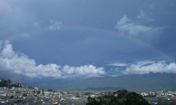 麗江古城に虹