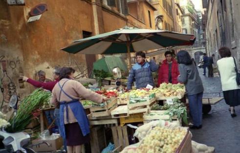 ローマ市内夕暮れの八百屋