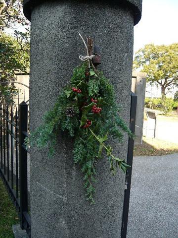 イギリス館の門柱にクリスマス