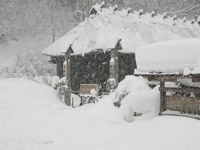 2007.12.31 鶴の湯入口は雪