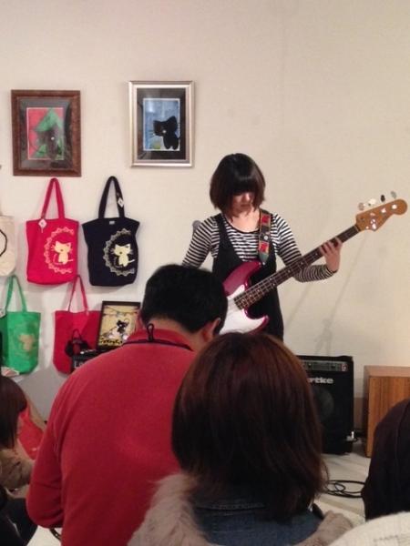 かにゃんグッズとギタリスト女子