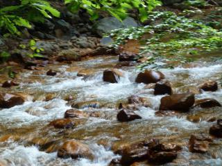松川渓谷の赤茶色の石