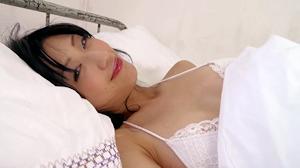 DVD「花蜜」より:寝覚めにいたずらっぽく笑う壇蜜さん