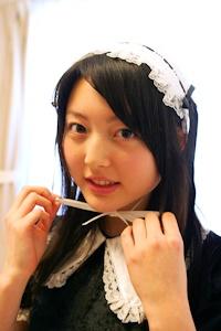 メイドのコスプレをする花澤さん