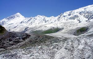 ディラン峰(左)とミナピン氷河
