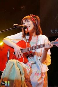 ギターを弾く後藤さん