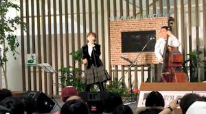 微笑みの爆弾を歌う岩男潤子